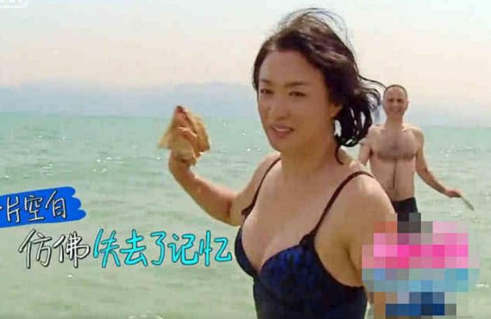 """金星海边泳照曝光,上身很有""""女人味"""",下身却是一双""""爷们腿"""""""