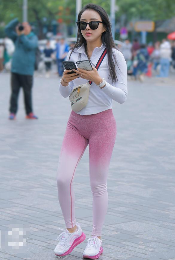 美女运动范儿穿搭,身材气质满分,少女感十足