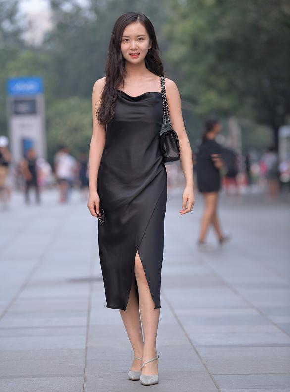 柔软舒适的绸缎长裙,就适合这样温柔恬静的气质美女
