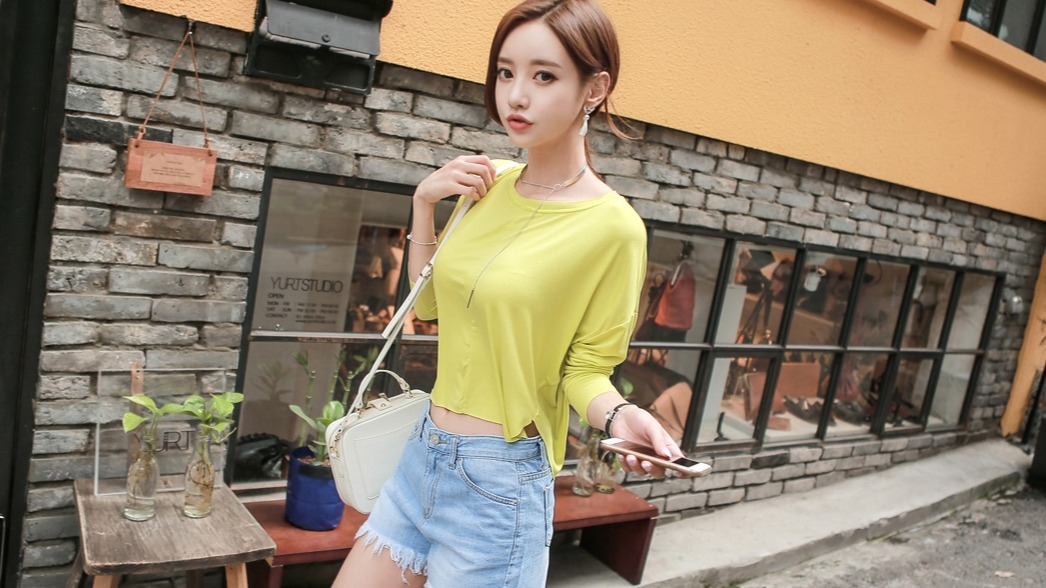 黄蓝撞色的时尚搭配,在夏秋更换的尴尬季,多了一份可爱俏皮。
