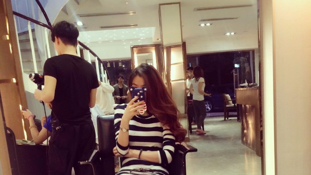 短裙女孩理发店疯狂自拍,萨摩耶都看不下去了。