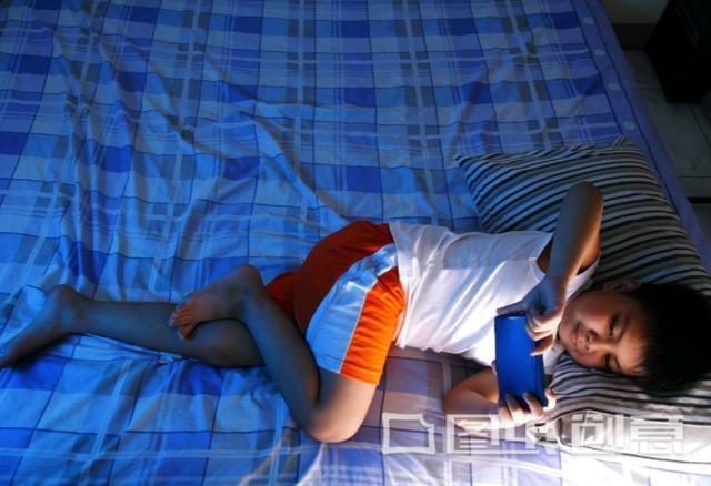 """""""睡前玩手机的四个危害,你知道吗?该引起重视"""""""