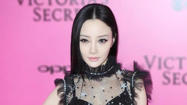 """李小璐堪称""""顶级网红"""",穿黑色薄纱连衣裙配裸色口红,娇而不妖"""