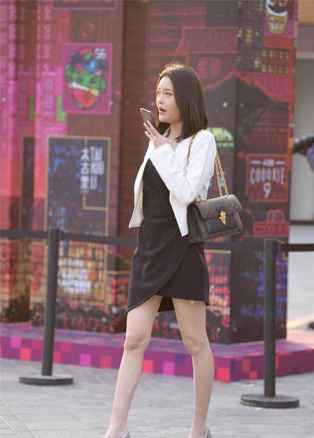 黑色连衣裙搭配白色短款外套,穿出气质美,还是要一双尖头细跟鞋