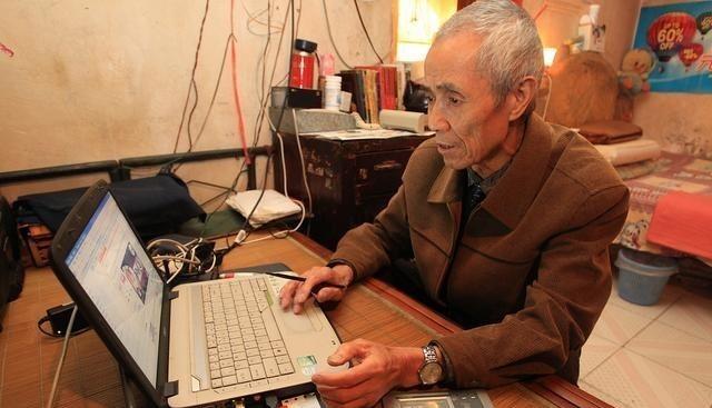 诺基亚1110_58岁不会买车票急得哭,却放开70岁考考驾照限制:是拿老人找乐?