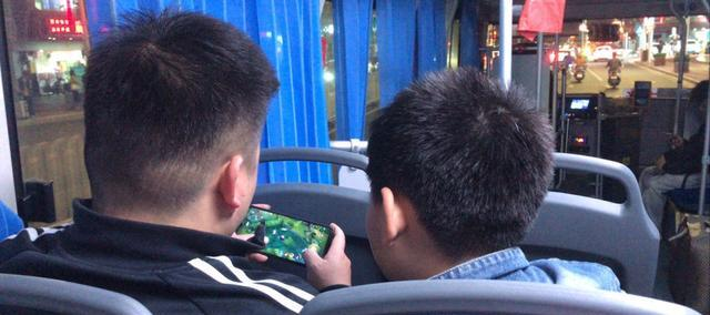 《【煜星测速登录】王者荣耀:网友在公交车上看到感人一幕,这才是真正的父子情深!》