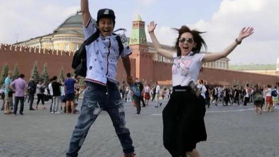 孙耀威携老婆国外度假,穿搭休闲气质好,陈美诗留锁骨发不像39