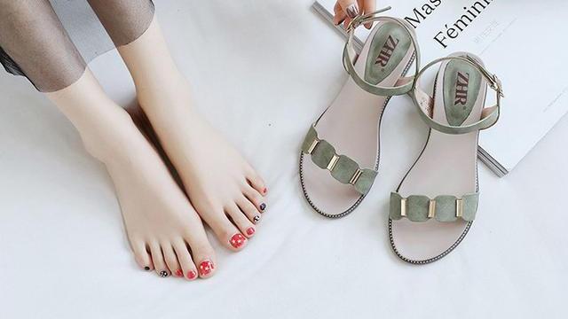 嫌高跟鞋脚疼,又觉得平底太矮,这款有点跟的凉鞋陪伴你清新度夏