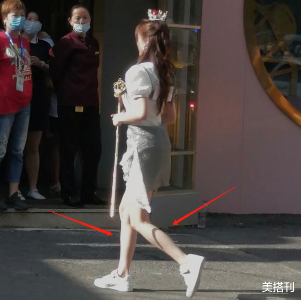 """杨颖最新机场造型,条纹衫配短裙少女腿绝了,不愧是""""生图杀手""""插图8"""