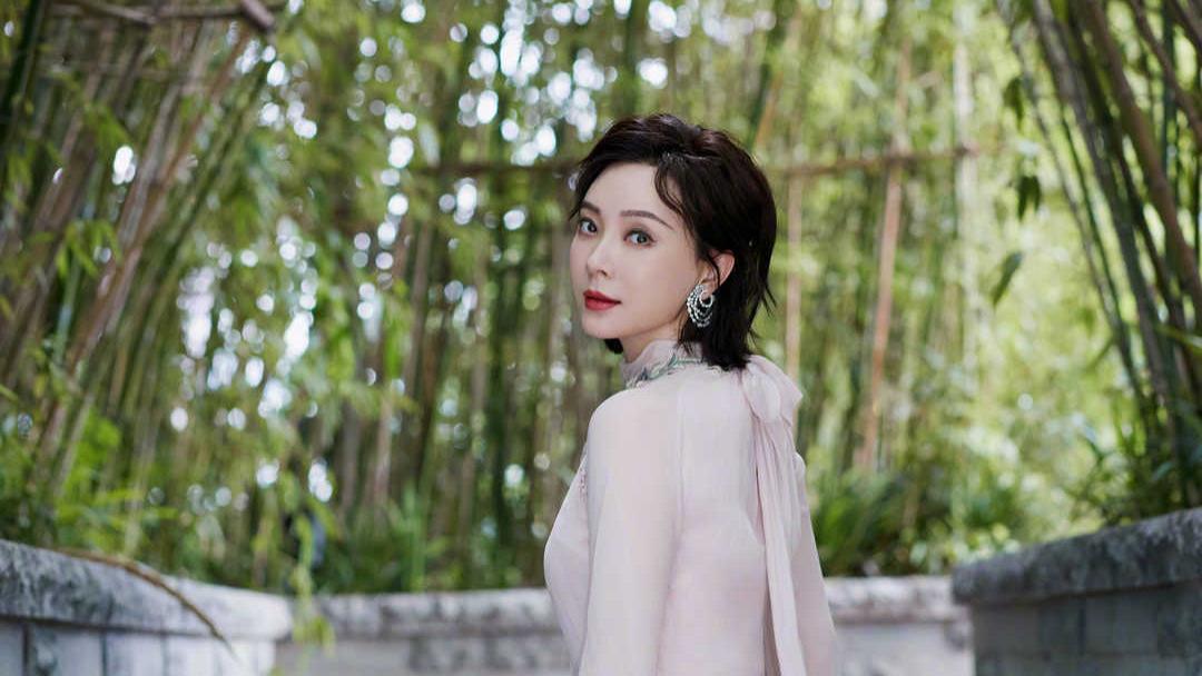 陈数新造型美爆了,穿粉色雪纺连衣裙配短发凹造型,优雅迷人