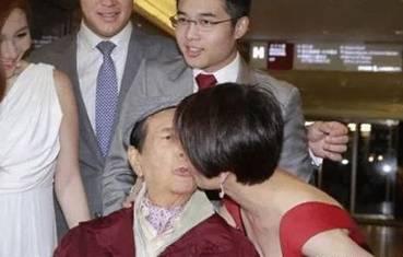   26岁嫁给65岁富豪,10年生下5个孩子,丈夫每月给她十几万却不要