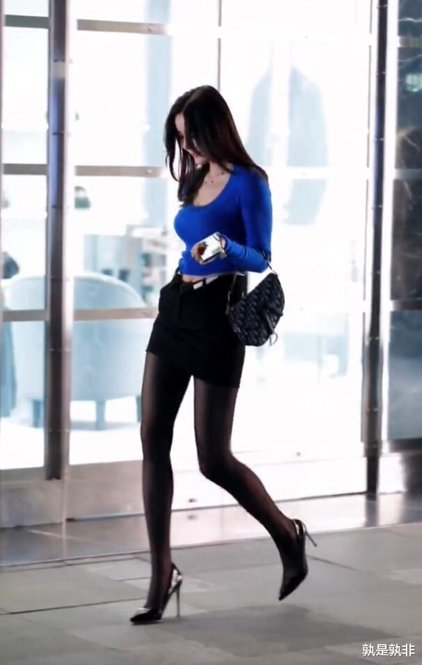 """黑色半身裙真显瘦,配双十二公分高跟鞋,看着就像""""都市女郎""""插图2"""