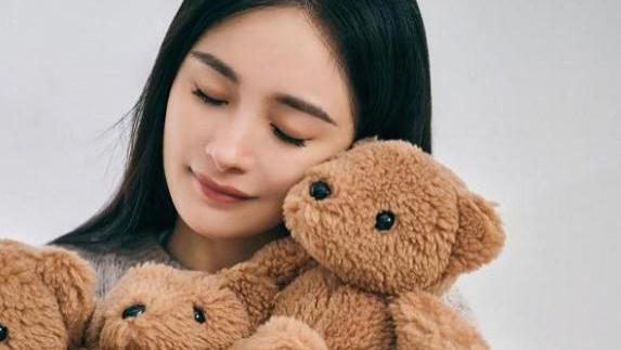 杨幂开启小熊缤纷世界,穿针织衫配牛仔裤,甜酷女孩上线!