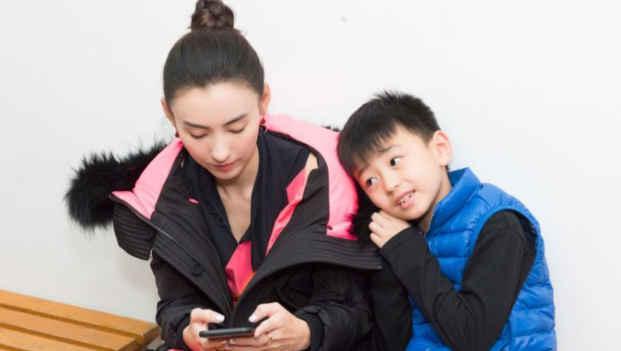 张柏芝待业两年,养三儿子和两菲佣,网友:小儿子生父不简单