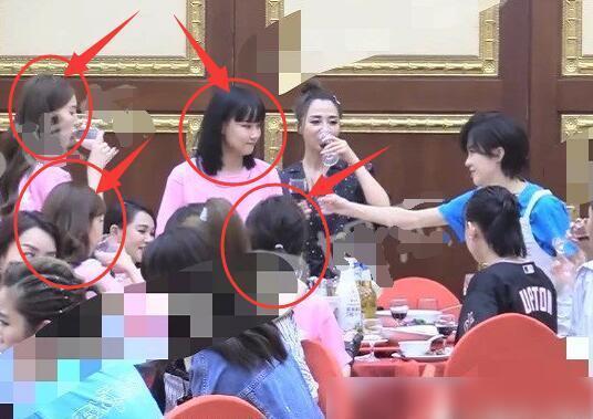 《浪姐》庆功宴: 二组坚持粉色团服, 宁静不融入, 张雨绮做法显情商