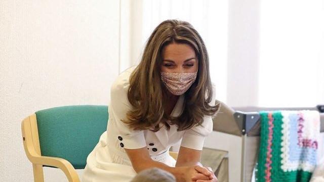 凯特王妃穿旧衣现身!搬箱子比伊万卡真实,碎花口罩是最后的倔强