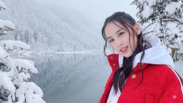 黄圣依的衣品真高级,红色羽绒服叠穿白色卫衣,站在雪地里好吸睛