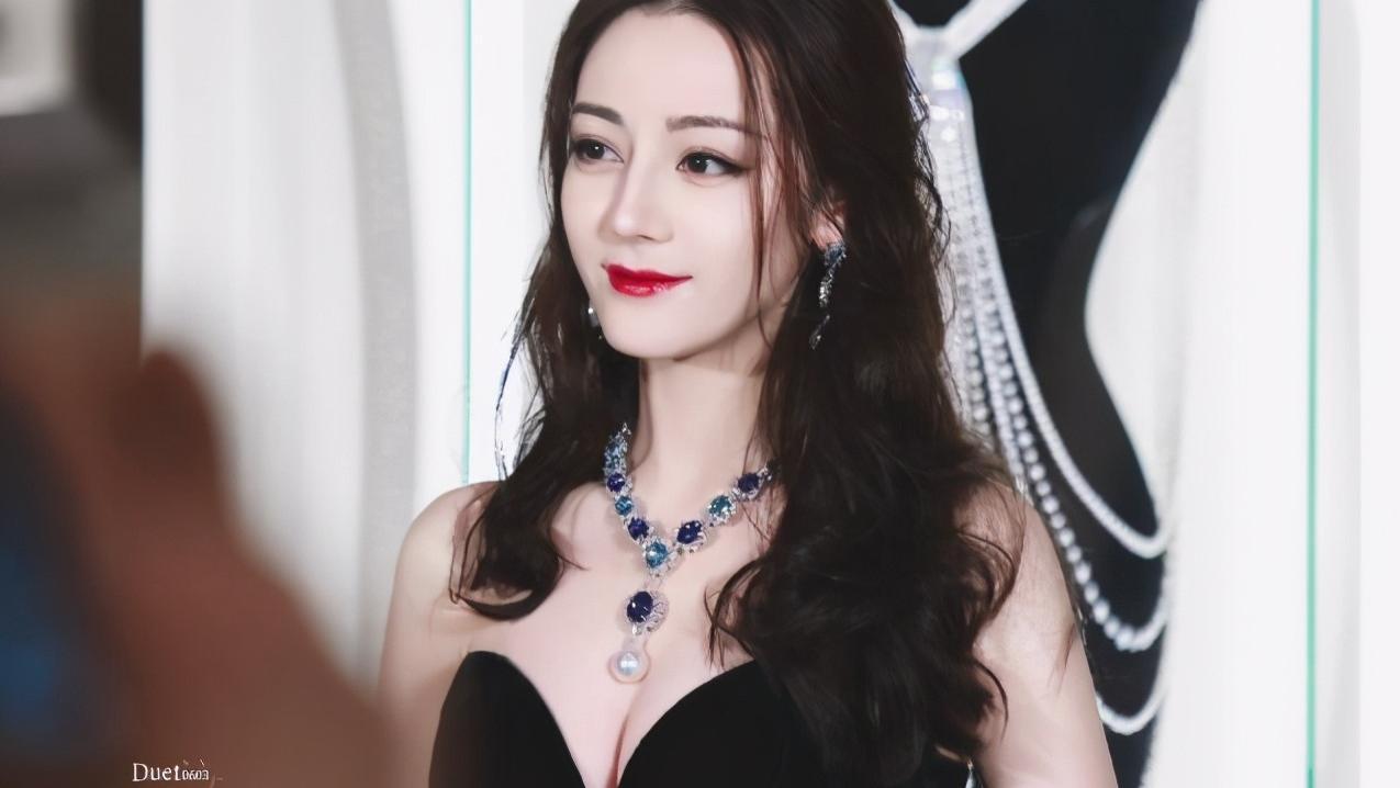 肤白貌美戴什么也好看,迪丽热巴的天价丹泉石项链