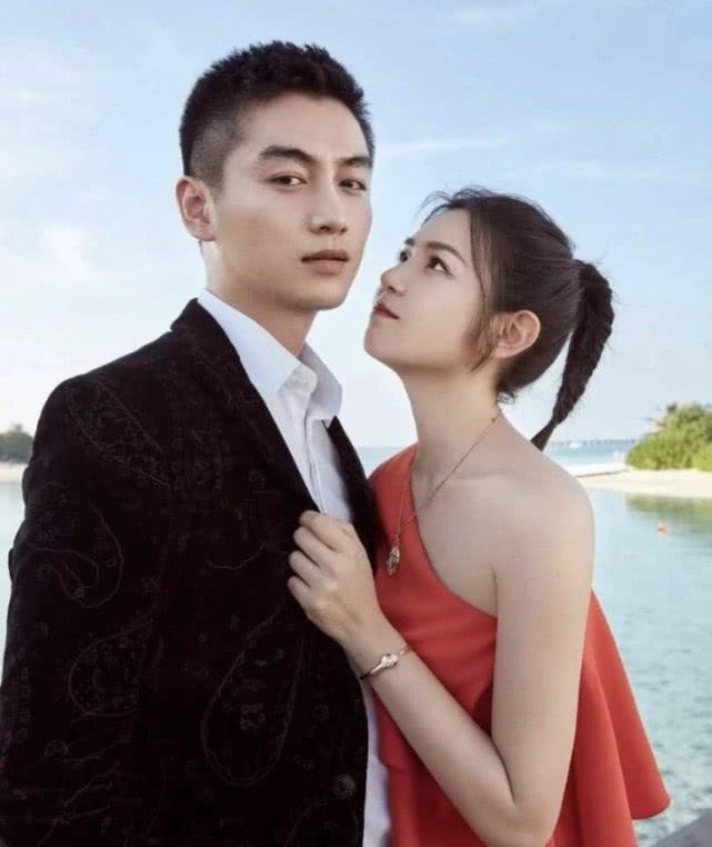 陈晓发图没说一句话,和他老婆两张照片反差巨大,粉丝:你们开心就好