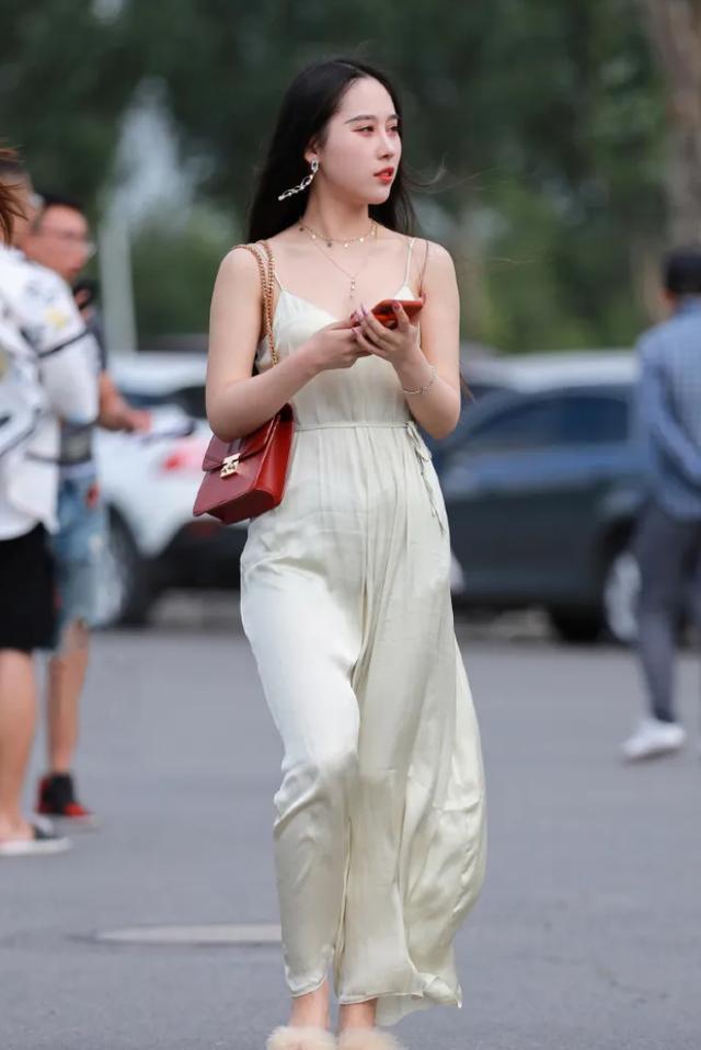 街拍:米白色连体长裤,清爽时尚,又仙又美
