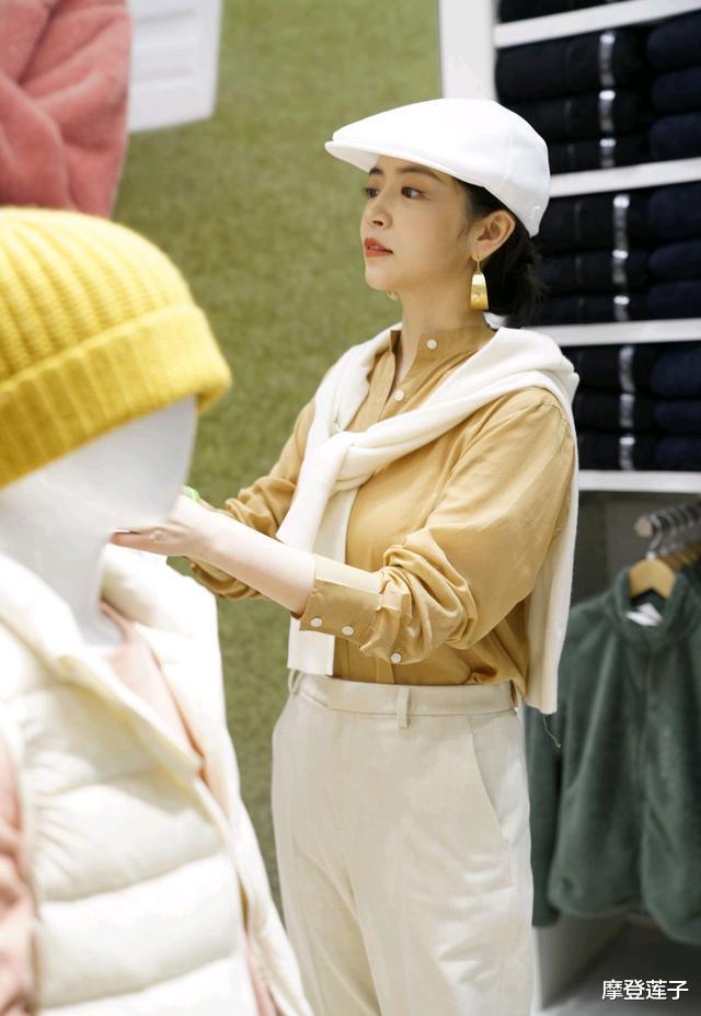 三木玩转初秋穿搭,卡其色衬衫配白色西