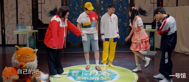 鞠婧祎换鞋还搞特殊,童年照加滤镜观众直言诚实点,杨迪都发现了