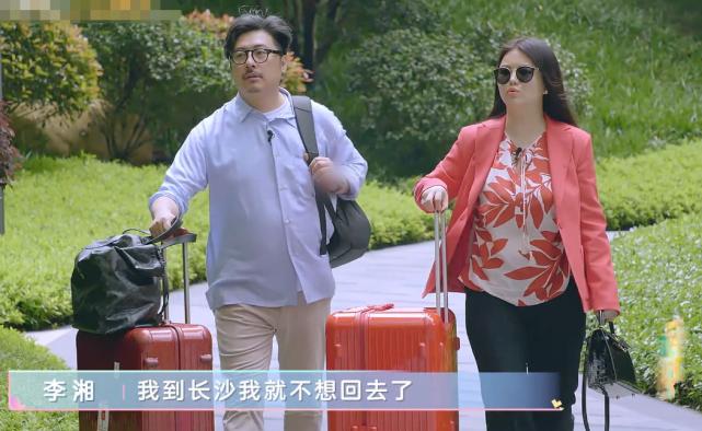 李湘回老家遇熟人打招呼,谁注意她怎么回应的?暴露明星真实素养