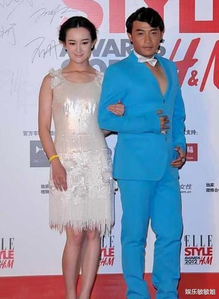陈志朋穿淡蓝色西装,未搭内衬系领结太自信,一旁张檬很尴尬