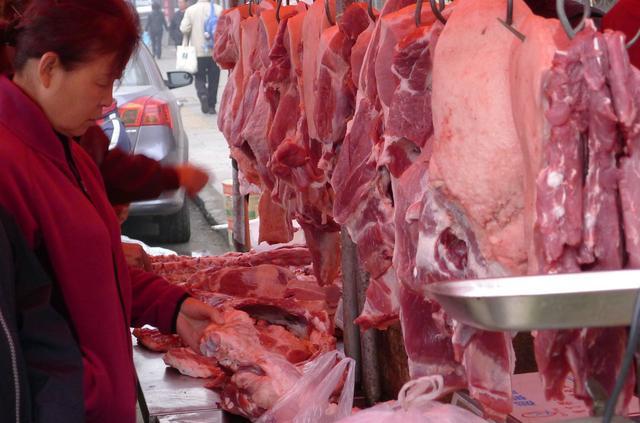 1月15日猪价一片红,进口肉暴增75%,过年只能吃冷冻肉了?