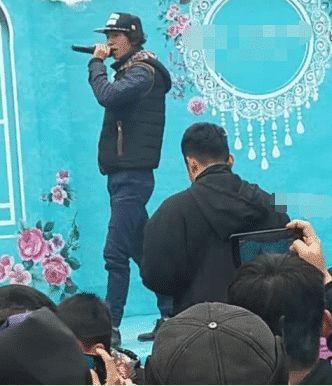 他一首歌火遍全网,开演唱会保安比观众多,如今只能到乡下演出