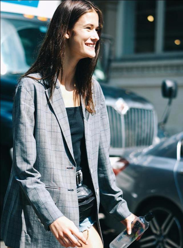 """今年流行一种新穿法,叫""""大女人风穿搭"""",高级气质,明星都上头"""
