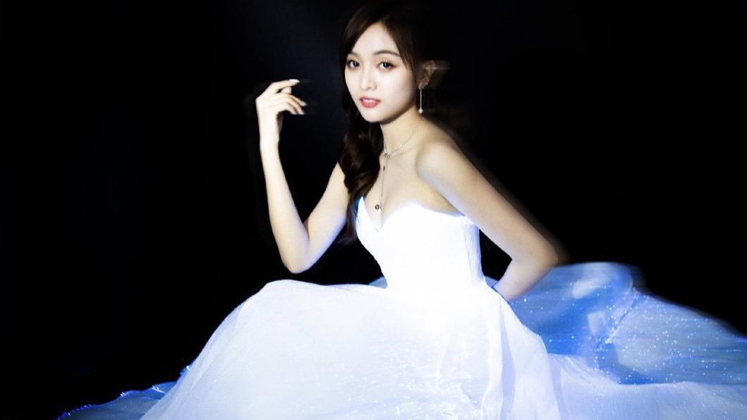25岁吴宣仪优雅迷人,个人专辑定妆大片,像真人版艾莎公主!