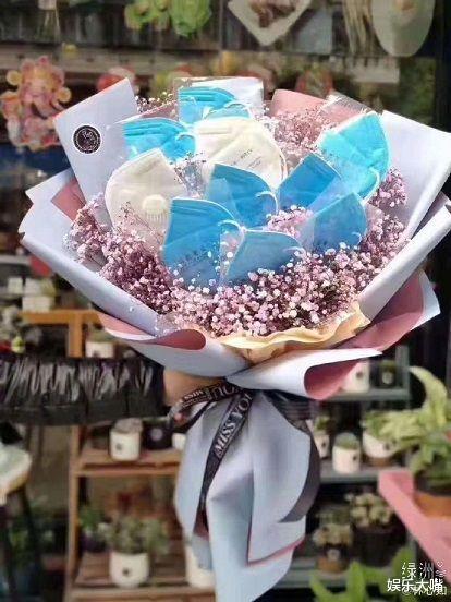林心如情人节秀幸福,女儿和老公都送了礼物,霍建华的口罩鲜花很特别