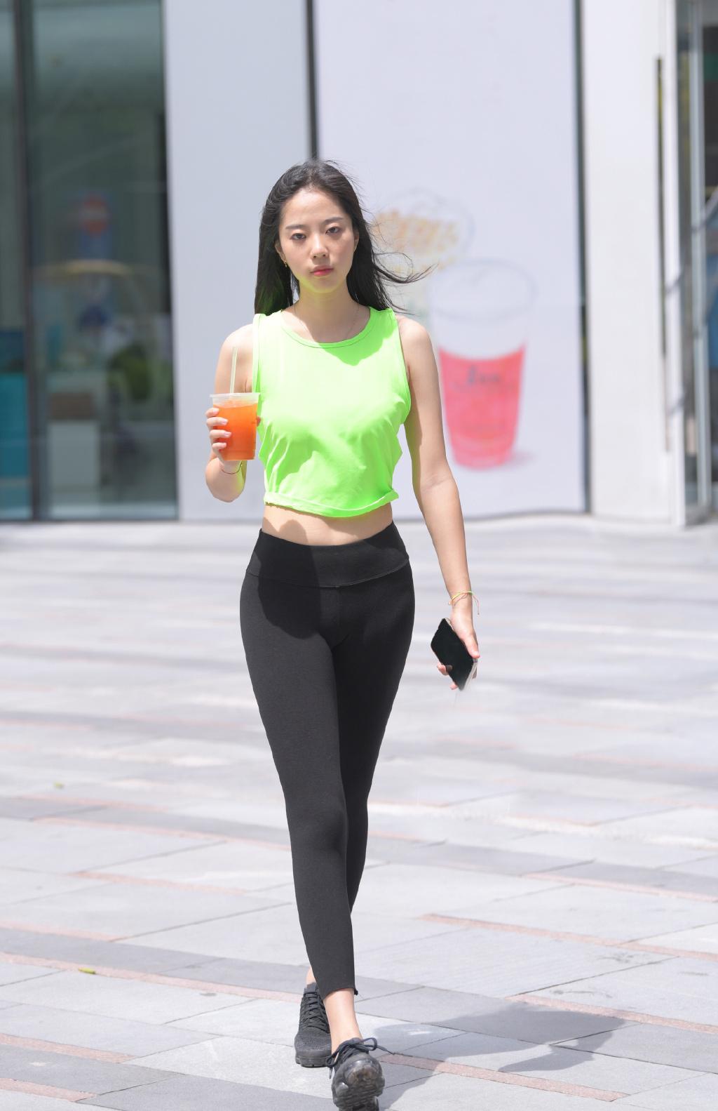 跟时尚女生学运动风穿搭,减龄塑形,让造型更具靓丽感