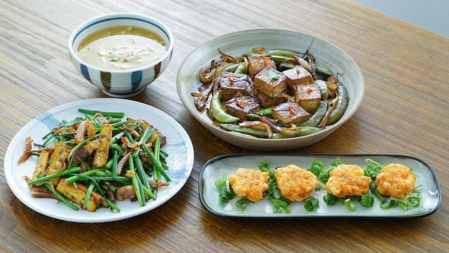 两口子的日常晚餐,三菜一汤,都是简单家常菜,实惠又好吃!