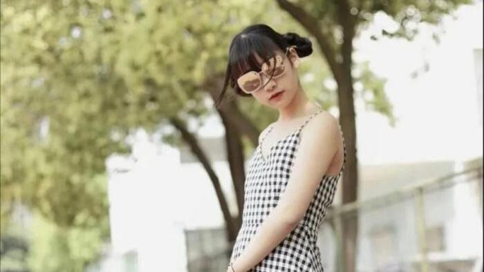 网格吊带裙搭配白丝袜,小众又性感,是你的初恋吗?