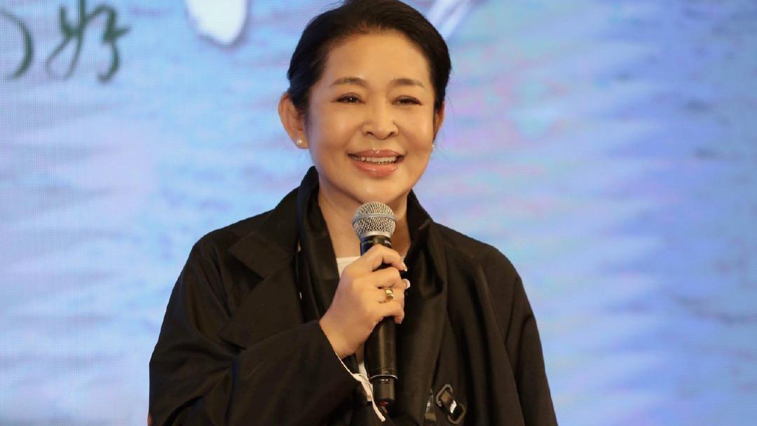 """61岁倪萍不服老,穿廓形""""短夹克""""配老爹牛仔裤,打扮的真时髦"""