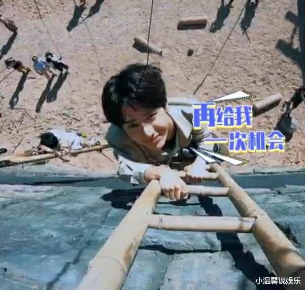 王一博方言说错被砸!吓得趴在梯子上,看到高度后腿都软了