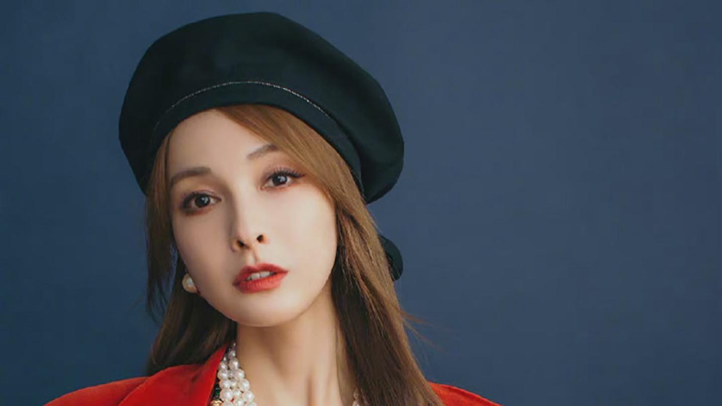 吴昕土妞逆袭成女神,穿红色丝绒外套叠戴3层珍珠项链,奢华复古
