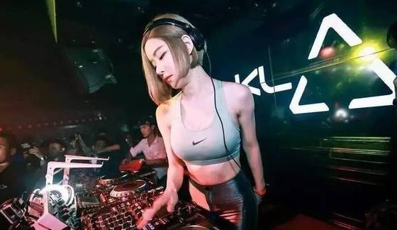 """抖音""""最保守DJ""""火了,胸以下22圈""""面条"""",网友:她是穿得最多的DJ"""