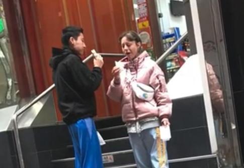 成龙20岁女儿近况,与妻子街头狂吃三明治,身体暴瘦很可怜