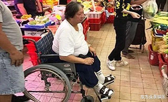 洪金宝甩掉轮椅戴两层口罩买菜,走路健步如飞为出门透气有小妙招
