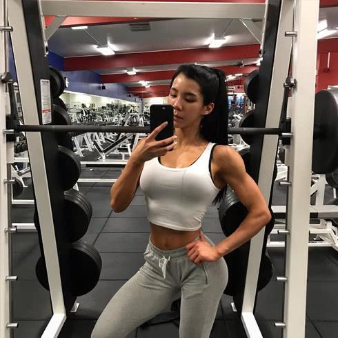 女人有肌肉不可怕,美貌与力量并存,打造完美身材