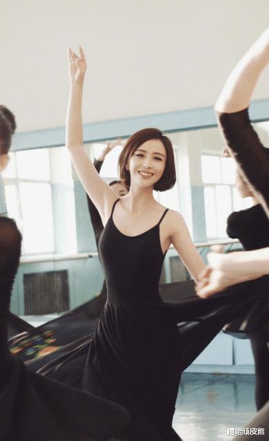 陈思成:佟丽娅被我用别人的烟头烫出一个疤,现在还留着,挺有意思的。