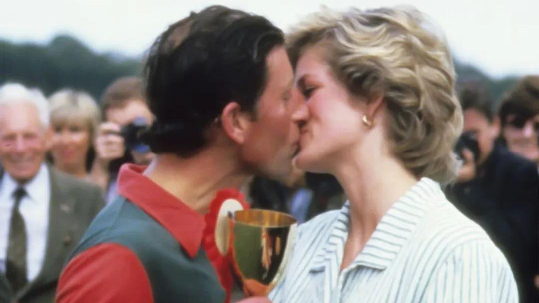 戴安娜初见查尔斯就被吻、被碰、被摸!只因她一句:你很孤独吧