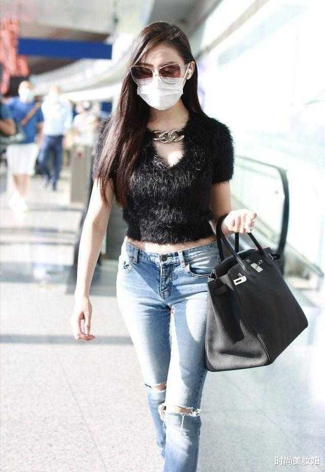 """张天爱走机场太拼了,穿黑色""""皮草""""露"""