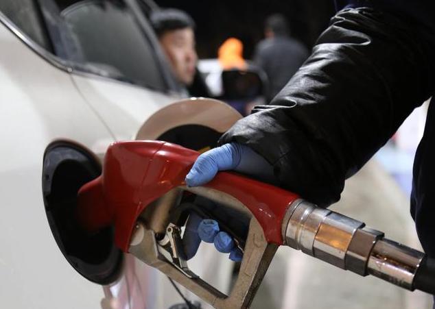 """3月25日油价消息""""成品油预计下调超1100元每吨""""这是3月最后一次调价"""