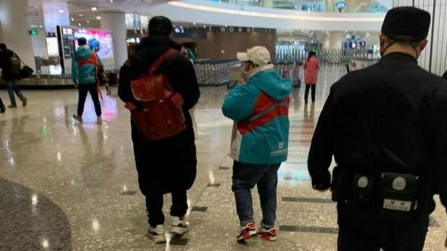 机场偶遇韩红回京,穿防风衣蓝牛仔戴白帽,瘫坐椅子上难掩疲惫感
