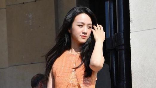 汤唯的气质真不简单,在国外穿橙色连衣裙亮相,轻松美得清新脱俗