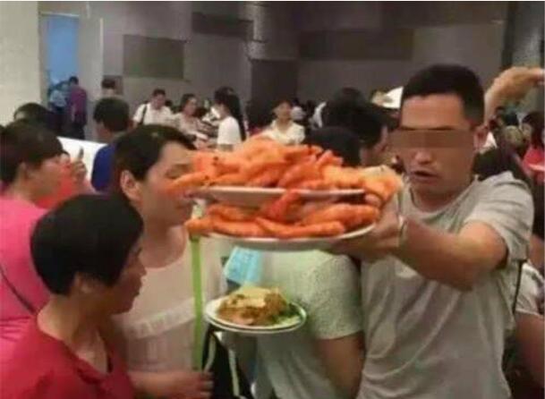 中国人在美国吃自助餐,全程只吃它,餐厅老板:中国很穷吗?
